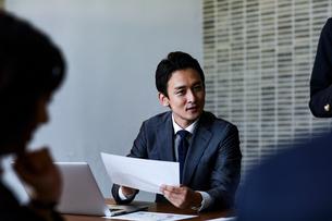 会議室で打ち合わせする男女の写真素材 [FYI04269786]