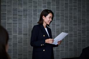 会議室でプレゼンするビジネスウーマンの写真素材 [FYI04269787]