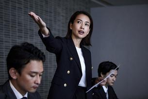 会議室でプレゼンするビジネスウーマンの写真素材 [FYI04269788]