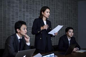 会議室でプレゼンするビジネスウーマンの写真素材 [FYI04269789]