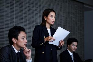 会議室でプレゼンするビジネスウーマンの写真素材 [FYI04269790]