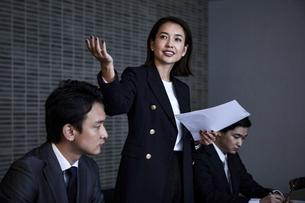 会議室でプレゼンするビジネスウーマンの写真素材 [FYI04269791]