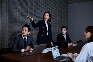 会議室でプレゼンするビジネスウーマンの写真素材 [FYI04269792]