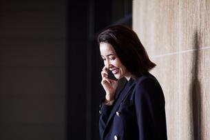 スマホで電話するビジネスウーマンの写真素材 [FYI04269802]