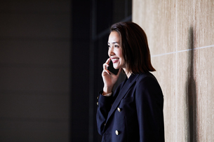 スマホで電話するビジネスウーマンの写真素材 [FYI04269804]