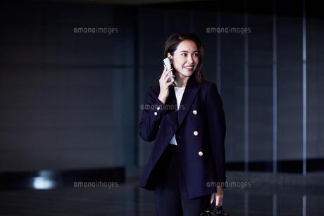 スマホで電話するビジネスウーマンの写真素材 [FYI04269812]
