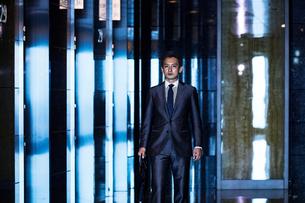 スーツ姿で歩くビジネスマンの写真素材 [FYI04269813]