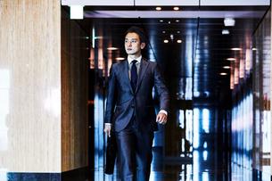 スーツ姿で歩くビジネスマンの写真素材 [FYI04269815]