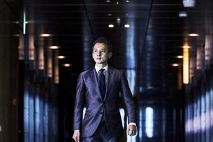 スーツ姿で歩くビジネスマンの写真素材 [FYI04269816]