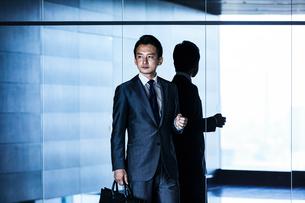 待ち合わせするビジネスマンの写真素材 [FYI04269818]
