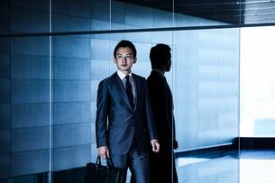 待ち合わせするビジネスマンの写真素材 [FYI04269820]