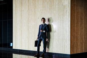 待ち合わせするビジネスマンの写真素材 [FYI04269823]