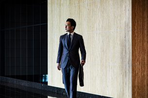 待ち合わせするビジネスマンの写真素材 [FYI04269828]