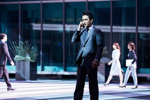 スーツ姿で電話するビジネスマンの写真素材 [FYI04269841]