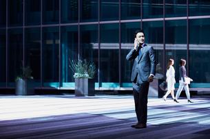 スーツ姿で電話するビジネスマンの写真素材 [FYI04269842]