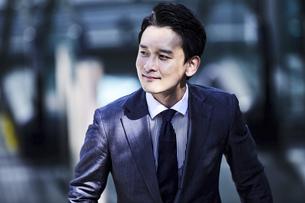 スーツ姿でオフィスエリアを歩くビジネスマンの写真素材 [FYI04269862]