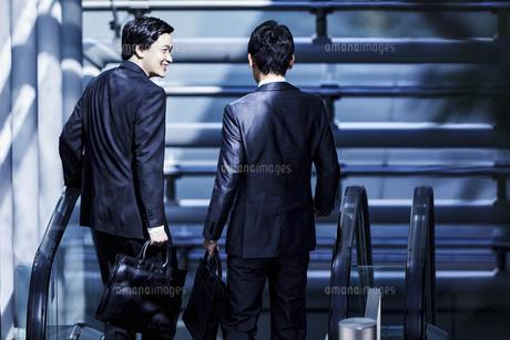 話しながら歩くビジネスマンの写真素材 [FYI04269871]