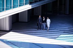 話しながらオフィスエリアを歩く男女の写真素材 [FYI04269878]