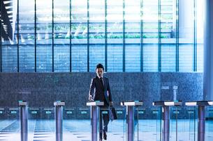 セキュリティエリアを闊歩するビジネスマンの写真素材 [FYI04269887]