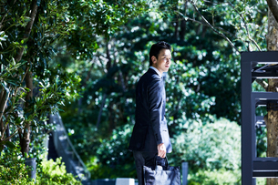 スーツ姿で歩くビジネスマンの写真素材 [FYI04269888]