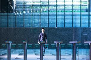 セキュリティエリアを闊歩するビジネスマンの写真素材 [FYI04269889]