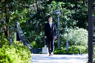 スーツ姿で歩くビジネスマンの写真素材 [FYI04269894]