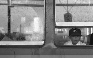 雨の車窓 発車を待つ乗客の写真素材 [FYI04270292]