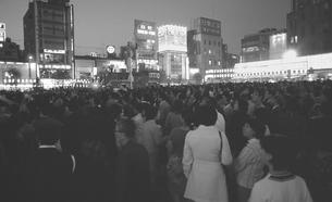 新橋祭りで賑わう新橋駅前広場の写真素材 [FYI04270321]
