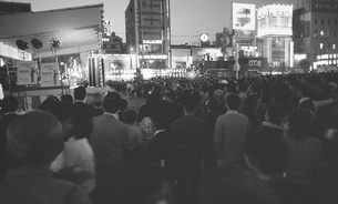 新橋祭りで賑わう新橋駅前広場の写真素材 [FYI04270324]