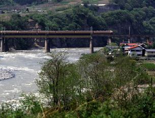利根川を渡る特急とき7号の写真素材 [FYI04270325]