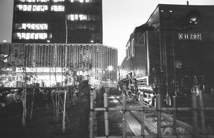 新橋祭りで賑わう新橋駅前広場の写真素材 [FYI04270328]