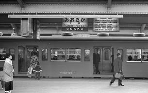 大阪駅環状線ホームの写真素材 [FYI04270347]
