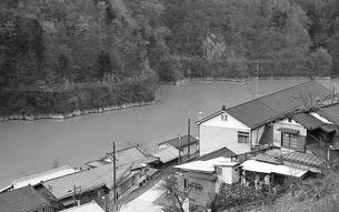 奥多摩湖 湖畔の村 鴨沢の写真素材 [FYI04270358]