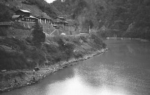 奥多摩湖 湖畔の村 鴨沢の写真素材 [FYI04270359]