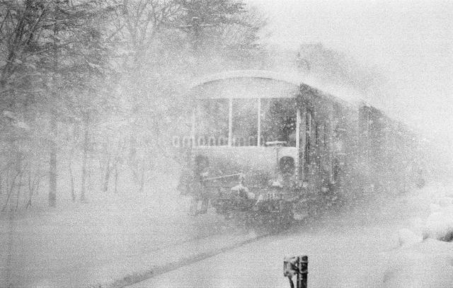 吹雪く函館本線の写真素材 [FYI04270526]