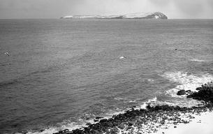 天売島より見た焼尻島の写真素材 [FYI04270529]