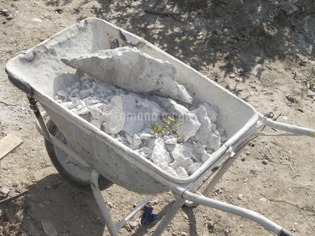 工事現場の運搬用一輪車の写真素材 [FYI04271109]