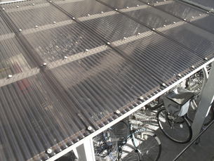 自転車置き場の採光用のトタン屋根の写真素材 [FYI04271164]
