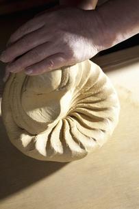 土を練る陶芸家の写真素材 [FYI04271748]