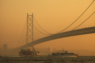 連絡船と明石海峡大橋の写真素材 [FYI04271792]
