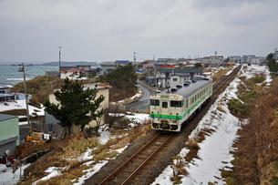 鉄道 JR北海道 江差線・カモメ島を背にキハ40の写真素材 [FYI04272105]