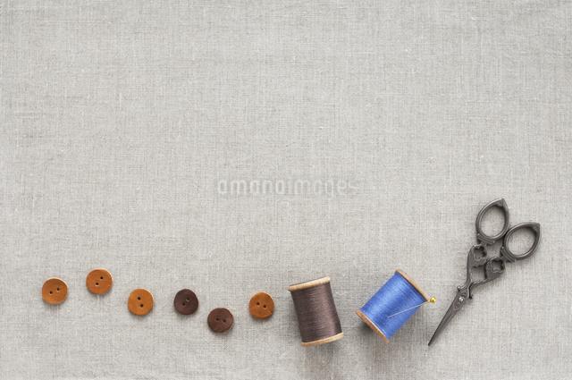 ボタンと糸とハサミの写真素材 [FYI04272427]