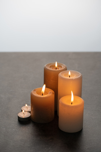 Lighted candles on table. Quiet and chill lifestyle concept image.の写真素材 [FYI04272660]
