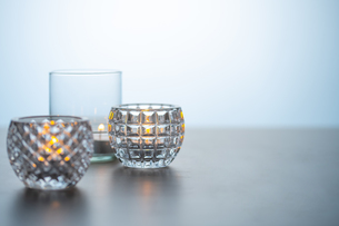 Lighted candles on table. Quiet and chill lifestyle concept image.の写真素材 [FYI04272743]