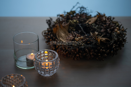 Christmas wreath and candles. Quiet and cozy lifestyle concept image.の写真素材 [FYI04272748]