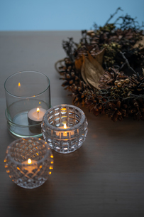 Christmas wreath and candles. Quiet and cozy lifestyle concept image.の写真素材 [FYI04272768]