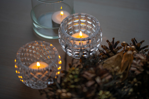 Christmas wreath and candles. Quiet and cozy lifestyle concept image.の写真素材 [FYI04272771]