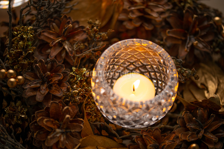 Christmas wreath and candles. Quiet and cozy lifestyle concept image.の写真素材 [FYI04272791]