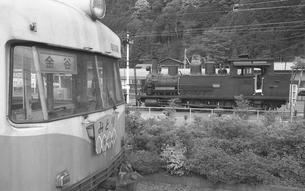 鉄道 私鉄・大井川鉄道6050形電車とクラウス蒸気機関車の写真素材 [FYI04273151]