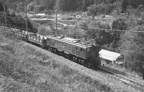 青梅線を行くEF15電気機関車の写真素材 [FYI04273251]